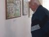 Pan Kamil Matějovič si prohlíží výstavu