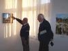 Václav G. Cílek vysvětluje K. Matějovičovi obraz skalnatého pobřeží